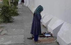 دختر افغان نماز  226x145 - تصاویر/ نماز متفاوت یک دختر افغان در کنار سرک