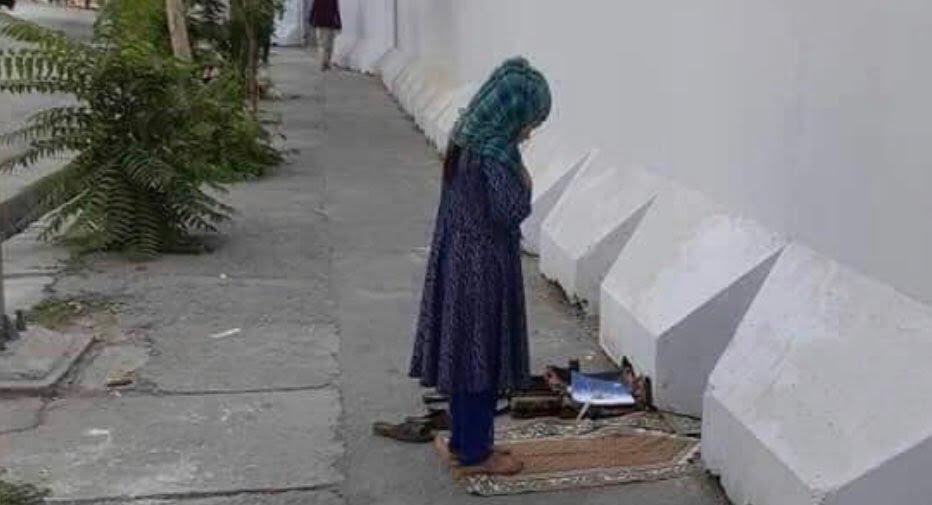 دختر افغان نماز  - تصاویر/ نماز متفاوت یک دختر افغان در کنار سرک