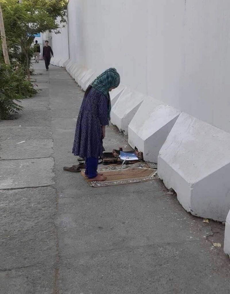 دختر افغان نماز 1 801x1024 - تصاویر/ نماز متفاوت یک دختر افغان در کنار سرک
