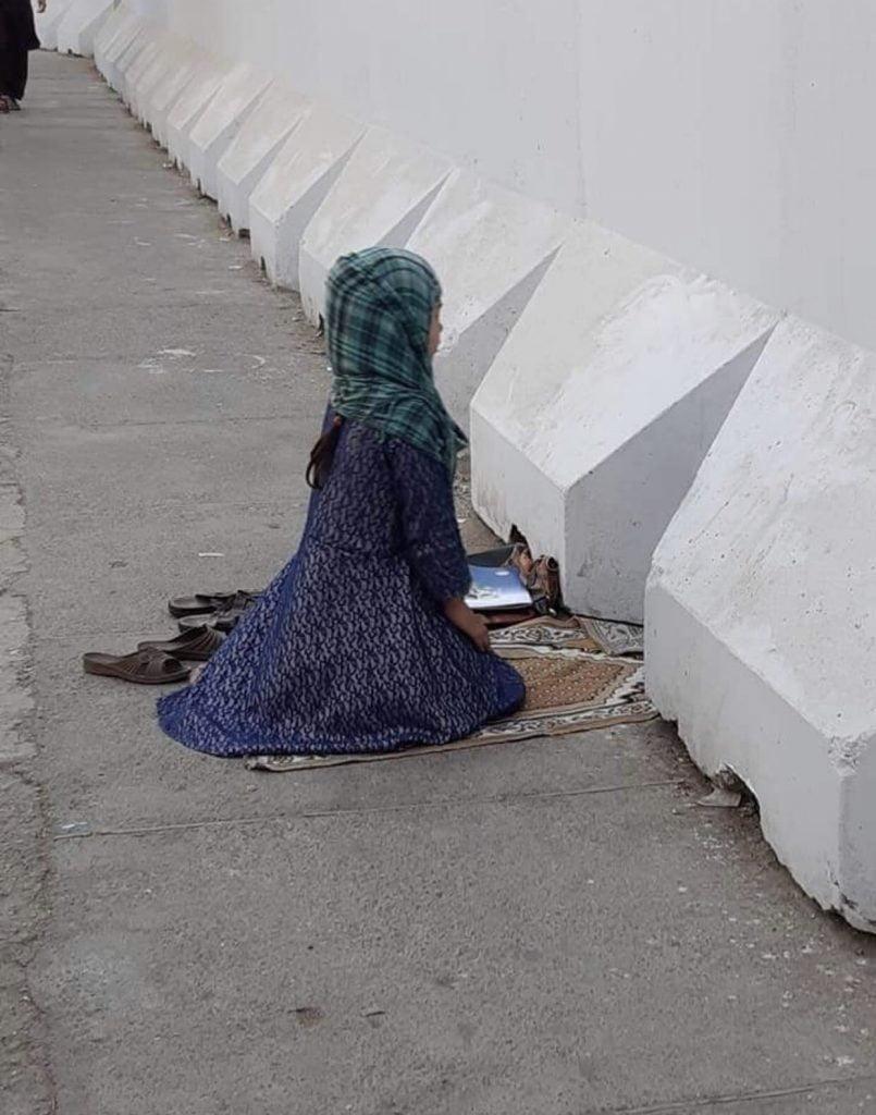 دختر افغان نماز 2 805x1024 - تصاویر/ نماز متفاوت یک دختر افغان در کنار سرک