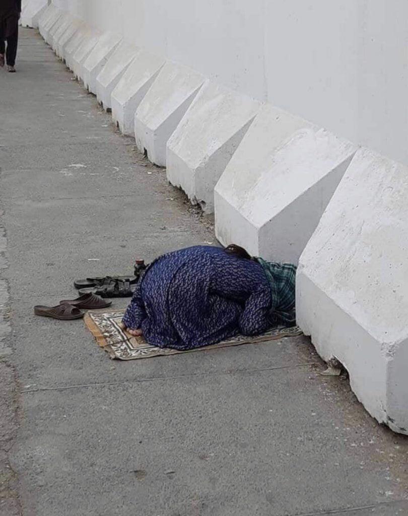 دختر افغان نماز 3 810x1024 - تصاویر/ نماز متفاوت یک دختر افغان در کنار سرک