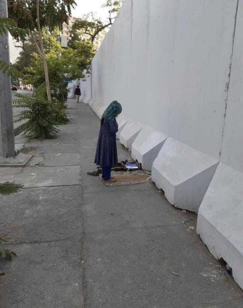 دختر افغان نماز 4 809x1024 - تصاویر/ نماز متفاوت یک دختر افغان در کنار سرک