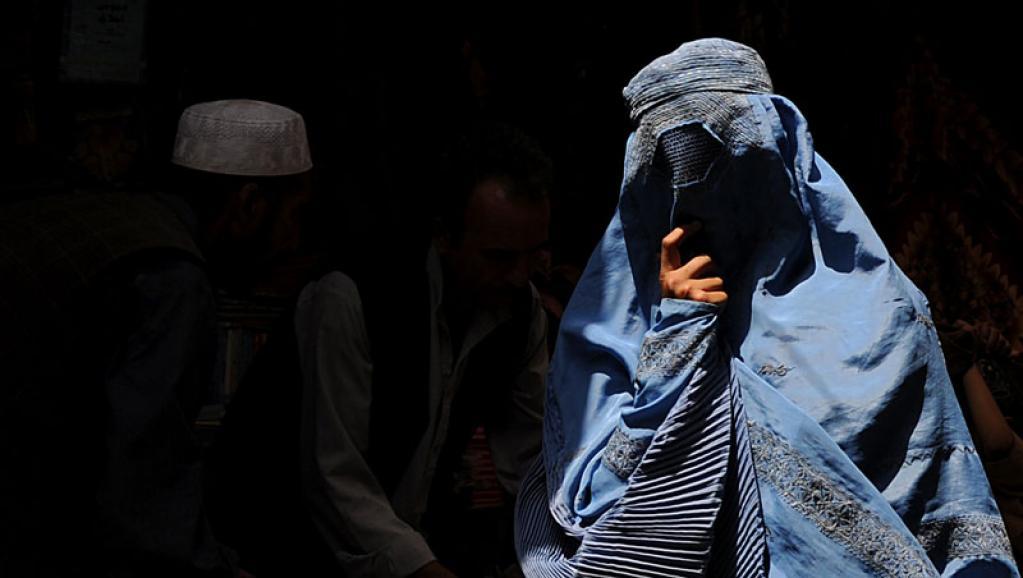 زن 1 - ثبت دهها هزار مورد خشونت با زنان افغان در سال ۱۳۹۸ خورشیدی