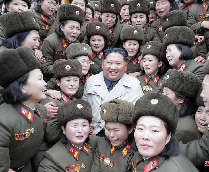 کیم جونگ اون 4 - تصاویر/ دیدار رهبر کوریای شمالی با عساکر زن اردوی ملی