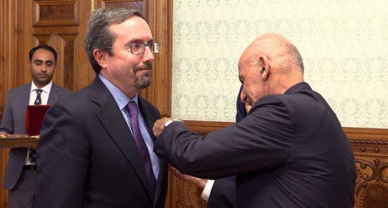 جان بس 550x295 - اهدای مدال غازی وزیر محمد اکبرخان به سفیر امریکا در کابل