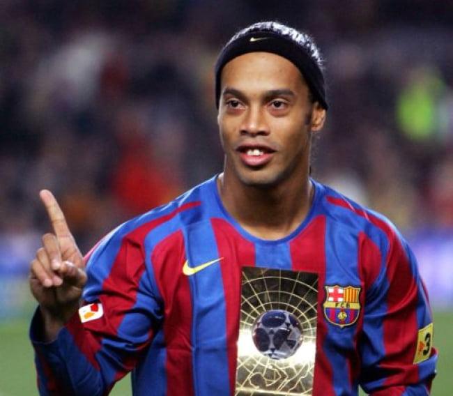 رونالدینیو - دست بند قانون بر دستان ستاره پیشین تیم ملی برازیل و بارسلونا