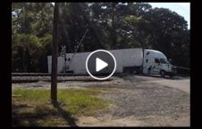 ویدیو حادثه منجر نصف لاری 226x145 - ویدیو/ حادثه ای که منجر به نصف شدن لاری شد