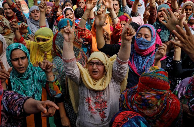 کشمیر  - باشنده گان کشمیر در پی شکستن حصارِ حکومت هند