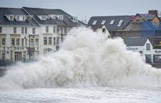طوفان بریتانیا 4 226x145 - تصاویر/ طوفان شدید در بریتانیا