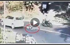 ویدیو طفل پرتاب سرک جان سالم 226x145 - ویدیو/ طفلی که پس از پرتاب شدن به وسط سرک جان سالم به در برد