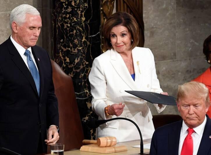 دونالد ترمپ نانسی پلوسی 1 - تصاویر/ اقدام جنجالی ترمپ پیش از شروع سخنرانی در کانگرس