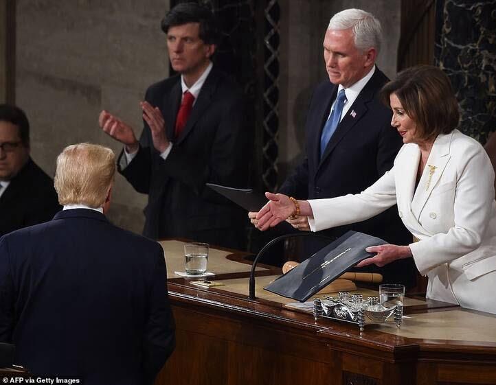 دونالد ترمپ نانسی پلوسی 2 - تصاویر/ اقدام جنجالی ترمپ پیش از شروع سخنرانی در کانگرس