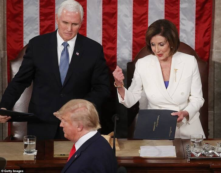 دونالد ترمپ نانسی پلوسی 3 - تصاویر/ اقدام جنجالی ترمپ پیش از شروع سخنرانی در کانگرس