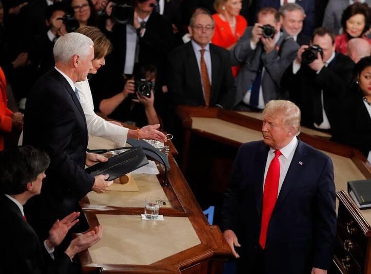دونالد ترمپ نانسی پلوسی 4 - تصاویر/ اقدام جنجالی ترمپ پیش از شروع سخنرانی در کانگرس