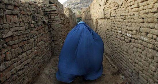 زن 550x295 - نقض حقوق زنان و دختران در ساحات زیر کنترول طالبان