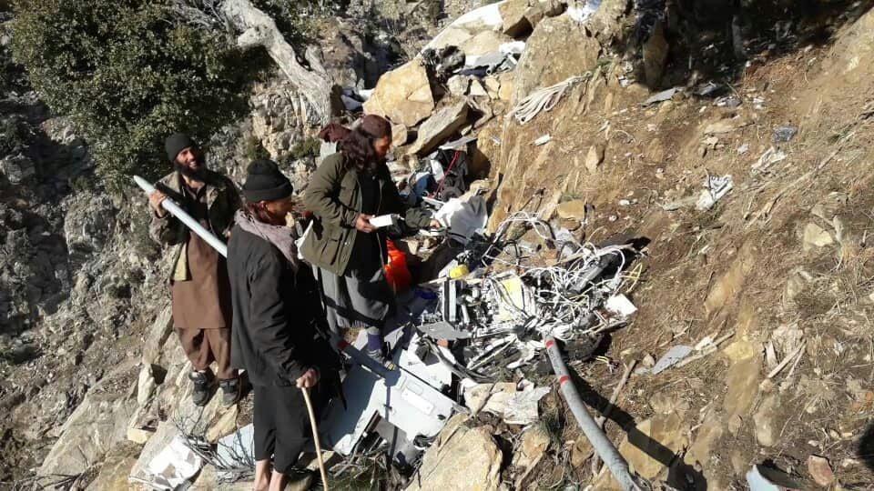 طیاره امریکا سقوط 3 - تصاویر/ بقایای طیاره بی پیلوت نیروهای امریکایی در ولایت لغمان
