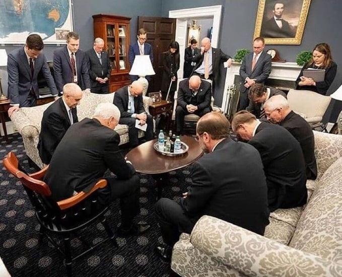 ارگ سفید کرونا. - تصویر/ وقتی کارمندان ارگ سفید دست به دعا می شوند!