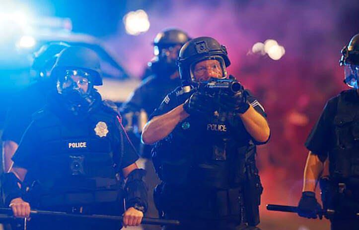 پولیس امریکا 1 - خشم باشنده گان امریکا در پی کشته شدن یک سیاهپوست به دست پولیس