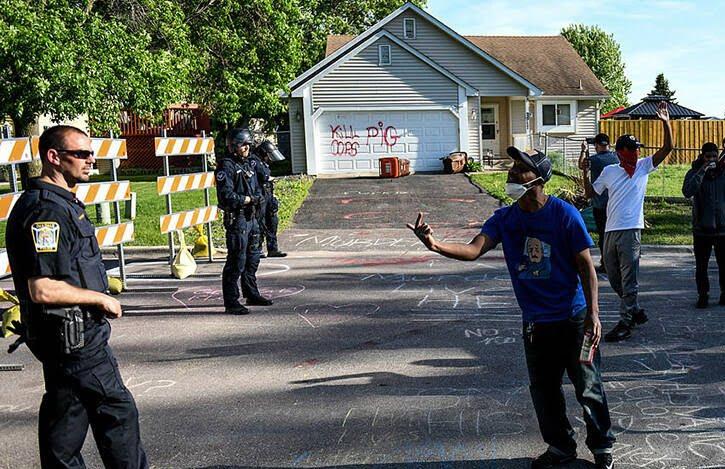 پولیس امریکا 2 - خشم باشنده گان امریکا در پی کشته شدن یک سیاهپوست به دست پولیس