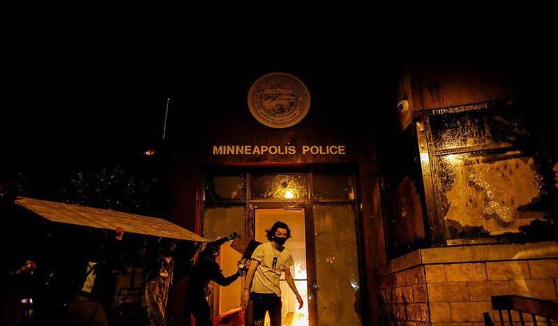 پولیس امریکا 4 - خشم باشنده گان امریکا در پی کشته شدن یک سیاهپوست به دست پولیس