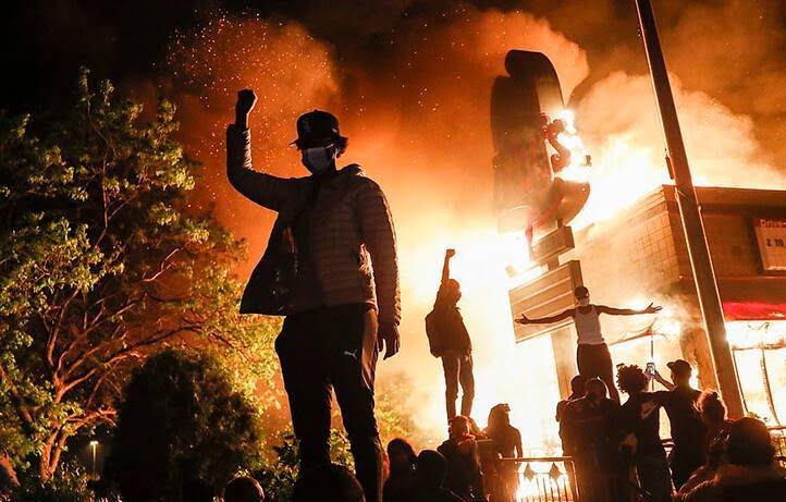پولیس امریکا 5 - خشم باشنده گان امریکا در پی کشته شدن یک سیاهپوست به دست پولیس
