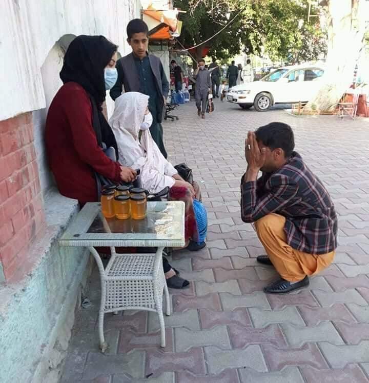 دختر عسل فروش  - تصویر/ عذرخواهی پولیس مزاحم از دختر عسل فروش در کابل