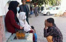 دختر عسل فروش2  226x145 - تصویر/ عذرخواهی پولیس مزاحم از دختر عسل فروش در کابل