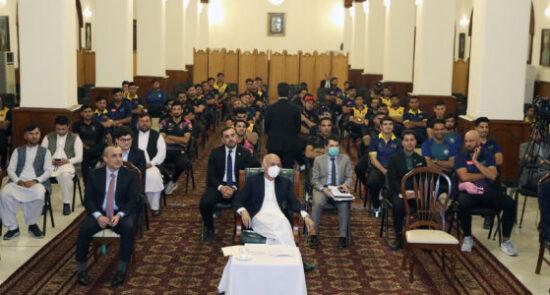 اشرف غنی ورزشکاران کرکت 550x295 - دیدار صمیمی رییس جمهور غنی با ورزشکاران کرکت کشور
