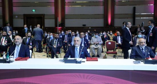مذاکرات بین الافغانی قطر 4 550x295 - برنامه برخی رجال سیاسی برای سهم گیری در دولت موقت پس از توافق با طالبان