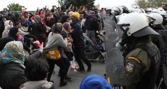 پناهجو یونان 550x295 - تداوم تنش ها در لسبوس یونان؛ پناهجویان معترض خواستار مساعدت اتحادیه اروپا شدند