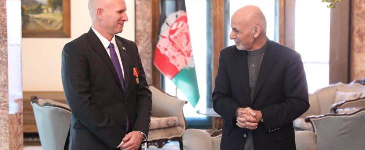 اشرف غنی دیوید متکالف - تقدیر رییس جمهور غنی از سفیر کانادا در افغانستان