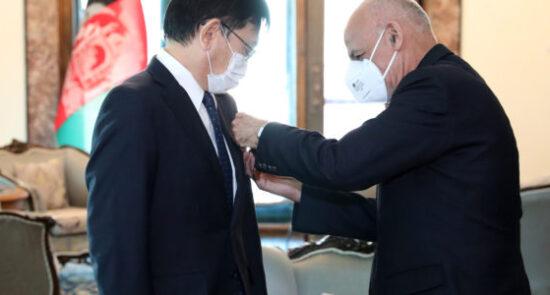 اشرف غنی میتسوجی سوزوکا 550x295 - اعطای مدال دولتی غازی میر مسجدی خان به سفیر جاپان در افغانستان