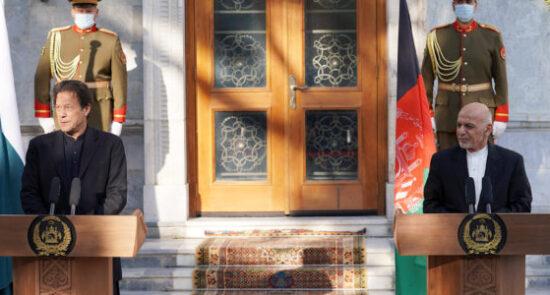 اشرف غنی عمران خان 550x295 - استقبال رسمی رییس جمهوری اسلامی افغانستان از صدراعظم پاکستان