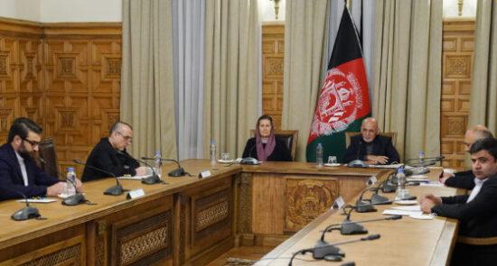 اشرف غنی نانسی پلوسی کانفرانس 550x295 - گفتگوی ویدیویی رییس جمهوری اسلامی افغانستان با رییس کانگرس ایالات متحدۀ امریکا