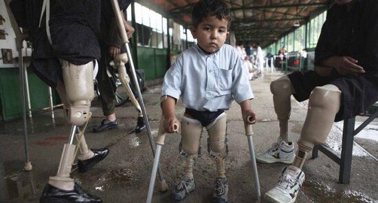 ماین 550x295 - سوءاستفاده خارجی ها از اطفال افغان برای پاکسازی میدان های ماین