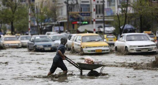 سیلاب 550x295 - هشدار از احتمال وقوع برفباری و بارندگی در برخی از ولایات