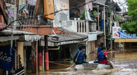سیل اندونزیا 538x295 - جاری شدن سیلاب های مرگبار در اندونزیا