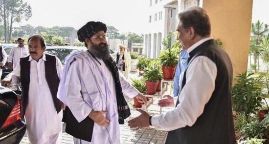 شاه محمود قریشی ملا برادر 550x295 - تلاش وزیر امور خارجه پاکستان برای کشاندن طالبان به میز مذاکره!