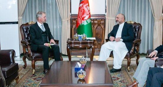 محمد حنیف اتمر آرنوت پاولز 550x295 - حمایت اتحادیه اروپا از صلح پایدار و عادلانه در افغانستان