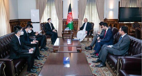 محمد حنیف اتمر وانگ یو 550x295 - تاکید وزیر امور خارجه بر گسترش همکاری ها میان افغانستان و چین