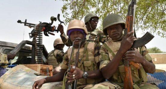 نایجیریا عسکر 550x295 - حمله خونین تروریست ها به یک پایگاه نظامی در نایجیریا