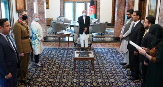 اشرف غنی جایلز هیل 550x295 - تفویض مدال دولتی به معاون قوماندانی ماموریت حمایت قاطع در افغانستان