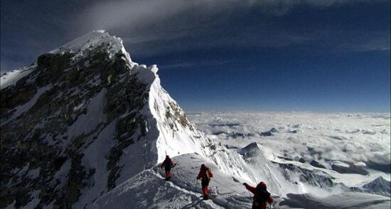 اورست 550x295 - صعود سه خواهر نیپالی به قله اورست!