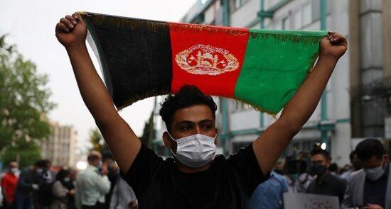 شمع افروزی سفارت افغانستان ایران 14 550x295 - محکومیت حمله تروریستی بر مکتب سیدالشهداء کابل در مقابل سفارت افغانستان در ایران + تصاویر