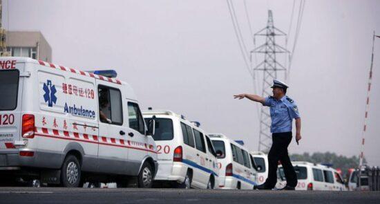 چین امبولانس 550x295 - مرگ دست کم ۲۰ ورزشکار در رقابت دوش در کوههای شمالغرب چین