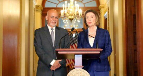 اشرف غنی نانسی پلوسی 550x295 - نشست مشترک خبری رییس جمهور غنی با رییس مجلس نمایندگان امریکا