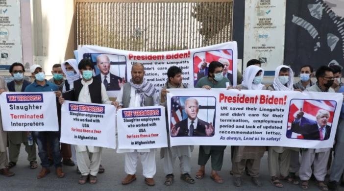 ترجمان سفارت امریکا کابل - راهپیمایی اعتراض آمیز دهها ترجمان افغان در مقابل سفارت امریکا در کابل