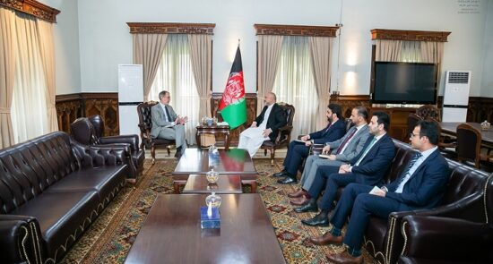 محمد حنیف اتمر آندری ونبرند 550x295 - دیدار وزیر امور خارجه جمهوری اسلامی افغانستان با سفیر اتحادیه اروپا