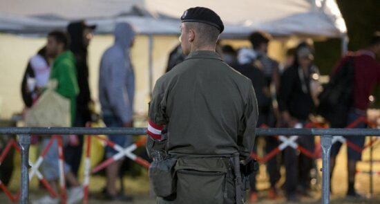 مهاجران اتریش 550x295 - افزایش نیروهای امنیتی در سرحدات اتریش برای جلوگیری از ورود مهاجران غیر قانونی
