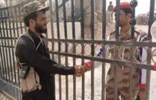 نظامی پاکستانی پولیس طالبان 226x145 - تصویر/ برخورد صمیمانه نظامیان پاکستانی با پولیس سرحدی طالبان